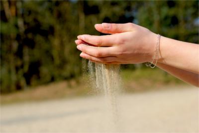 Burn-out: opgebrand, lusteloos, oververmoeid en geen energie meer. Je hebt het gevoel dat jouw leven je door je vingers glipt.